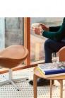 Repose-pieds cuir EGG™ par Arne Jacobsen